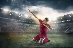 Ποδοσφαιριστής ευτυχίας μετά από το στόχο στον τομέα του σταδίου Στοκ φωτογραφίες με δικαίωμα ελεύθερης χρήσης