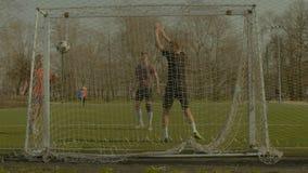 Ποδοσφαιριστής που διευθύνει τη σφαίρα μετά από το λάκτισμα γωνιών απόθεμα βίντεο