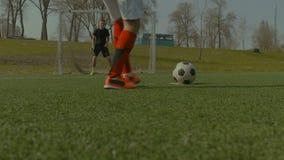 Ποδοσφαιριστής που παίρνει ένα λάκτισμα ποινικής ρήτρας κατά τη διάρκεια του παιχνιδιού απόθεμα βίντεο