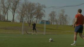 Ποδοσφαιριστής που σημειώνει έναν στόχο μετά από το λάκτισμα ποινικής ρήτρας απόθεμα βίντεο