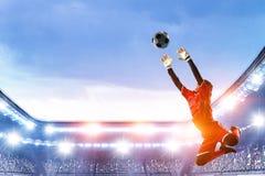 Ποδοσφαιριστής στο στάδιο στη δράση r στοκ φωτογραφία με δικαίωμα ελεύθερης χρήσης