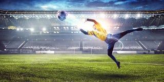 Ποδοσφαιριστής στο στάδιο στη δράση r στοκ εικόνα