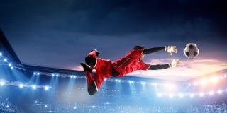 Ποδοσφαιριστής στο στάδιο στη δράση r στοκ εικόνα με δικαίωμα ελεύθερης χρήσης