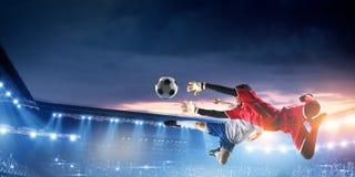 Ποδοσφαιριστής στο στάδιο στη δράση r στοκ εικόνες