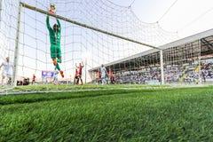 Ποδόσφαιρο ή ποδόσφαιρο Άποψη από πίσω από το στόχο Στοκ Εικόνες