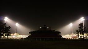 Ποδόσφαιρο και αθλητικό στάδιο στη σκοτεινή νύχτα, ύφος σκιαγραφιών Στοκ εικόνες με δικαίωμα ελεύθερης χρήσης