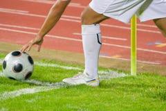 ποδόσφαιρο λακτίσματος ποδοσφαίρου γωνιών στοκ φωτογραφίες