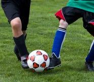 ποδόσφαιρο λακτίσματος σφαιρών στοκ φωτογραφίες με δικαίωμα ελεύθερης χρήσης