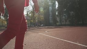 Ποδόσφαιρο παιχνιδιών αγοριών υπαίθρια Παιδιά που παίζουν τη σφαίρα υπαίθρια απόθεμα βίντεο