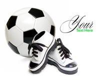 ποδόσφαιρο παπουτσιών παιδιών s σφαιρών Στοκ φωτογραφία με δικαίωμα ελεύθερης χρήσης