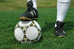 ποδόσφαιρο παπουτσιών σφαιρών στοκ φωτογραφίες