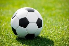 ποδόσφαιρο πεδίων σφαιρών Πράσινη πίσσα ποδοσφαίρου χλόης Στοκ εικόνες με δικαίωμα ελεύθερης χρήσης