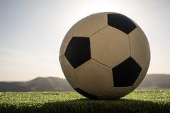 ποδόσφαιρο πεδίων σφαιρών Ποδόσφαιρο στην πράσινη χλόη ανασκόπηση ηλιόλουστη Στοκ εικόνα με δικαίωμα ελεύθερης χρήσης