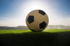 ποδόσφαιρο πεδίων σφαιρών Ποδόσφαιρο στην πράσινη χλόη ανασκόπηση ηλιόλουστη Στοκ φωτογραφίες με δικαίωμα ελεύθερης χρήσης