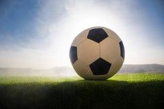ποδόσφαιρο πεδίων σφαιρών Ποδόσφαιρο στην πράσινη χλόη ανασκόπηση ηλιόλουστη Στοκ Εικόνες
