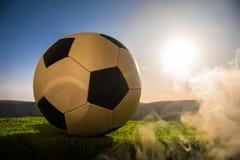 ποδόσφαιρο πεδίων σφαιρών Ποδόσφαιρο στην πράσινη χλόη ανασκόπηση ηλιόλουστη Στοκ Εικόνα