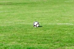 ποδόσφαιρο πεδίων σφαιρών Στοκ εικόνες με δικαίωμα ελεύθερης χρήσης