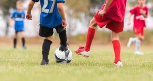 Ποδόσφαιρο ποδοσφαίρου παιδιών - αντιστοιχία παικτών παιδιών στο γήπεδο ποδοσφαίρου Στοκ Εικόνες