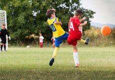 Ποδόσφαιρο ποδοσφαίρου παιδιών - αντιστοιχία παικτών παιδιών στο γήπεδο ποδοσφαίρου Στοκ Φωτογραφία