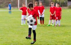 Ποδόσφαιρο ποδοσφαίρου παιδιών - αντιστοιχία παικτών παιδιών στο γήπεδο ποδοσφαίρου Στοκ φωτογραφία με δικαίωμα ελεύθερης χρήσης