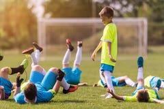 Ποδόσφαιρο ποδοσφαίρου παιδιών - φορείς παιδιών που γιορτάζουν μετά από το victo στοκ εικόνα με δικαίωμα ελεύθερης χρήσης