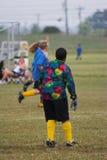 ποδόσφαιρο πρακτικής παι& Στοκ φωτογραφία με δικαίωμα ελεύθερης χρήσης