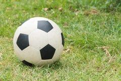 Ποδόσφαιρο στον τομέα χλόης στοκ εικόνα