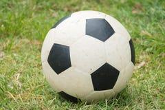Ποδόσφαιρο στον τομέα χλόης στοκ φωτογραφία με δικαίωμα ελεύθερης χρήσης