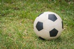Ποδόσφαιρο στον τομέα χλόης στοκ φωτογραφία