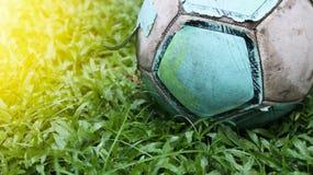 Ποδόσφαιρο στο χορτοτάπητα Παλαιά σφαίρα στην όμορφη πράσινη χλόη στον τομέα Στοκ φωτογραφία με δικαίωμα ελεύθερης χρήσης