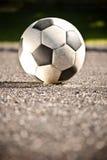 ποδόσφαιρο σφαιρών ασφάλτ Στοκ Φωτογραφίες
