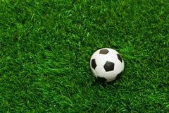 ποδόσφαιρο χλόης σφαιρών Στοκ εικόνα με δικαίωμα ελεύθερης χρήσης