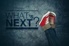 Ποια επόμενη έννοια ` s, με το νεαρό άτομο στα περιστασιακά πάνινα παπούτσια Στοκ Εικόνες