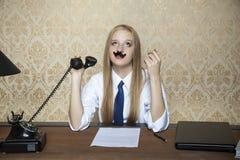 Ποια τρυπώντας συνομιλία στο τηλέφωνο Στοκ εικόνες με δικαίωμα ελεύθερης χρήσης