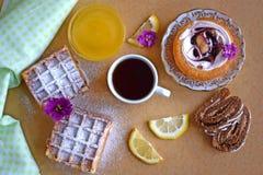 Ποικίλα γλυκά για το τσάι στοκ εικόνες