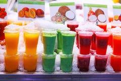 Ποικίλα ζωηρόχρωμα, fruity ποτά στον πάγο αγορά μιας Βαρκελώνης, Ισπανία Στοκ Φωτογραφία