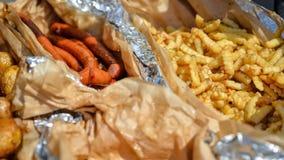 Ποικίλα τηγανισμένα και ψημένα στη σχάρα πρόχειρα φαγητά σε ένα μεγάλο τηγάνι Στοκ φωτογραφία με δικαίωμα ελεύθερης χρήσης