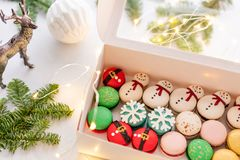 Ποικιλία γλυκά macaroons στο άσπρο κιβώτιο Σύγχρονη ευρωπαϊκή γαλλική κουζίνα Θέμα Χριστουγέννων, κάρτα Χαρούμενα Χριστούγεννας ν στοκ φωτογραφία με δικαίωμα ελεύθερης χρήσης