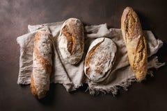 Ποικιλία του χειροτεχνικού ψωμιού στοκ φωτογραφίες