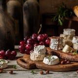 Ποικιλία των γαλλικών τυριών σε ένα σκονισμένο οψοφυλάκιο στοκ εικόνες