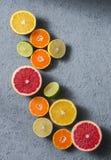 Ποικιλία των εσπεριδοειδών σε ένα γκρίζο υπόβαθρο, τοπ άποψη Πορτοκάλια, γκρέιπφρουτ, tangerine, ασβέστης, λεμόνι - οργανικά φρού στοκ εικόνα με δικαίωμα ελεύθερης χρήσης