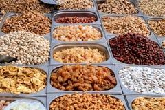 Ποικιλία των καρυδιών που εκτίθενται στην αγορά στοκ φωτογραφία με δικαίωμα ελεύθερης χρήσης