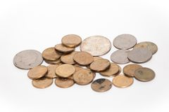 Ποικιλία των νομισμάτων ενάντια στο άσπρο σκηνικό Στοκ φωτογραφία με δικαίωμα ελεύθερης χρήσης