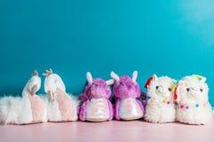 Ποικιλία των χαριτωμένων μαλακών τρισδιάστατων llama, δράκων και κύκνων παντοφλών στοκ φωτογραφίες