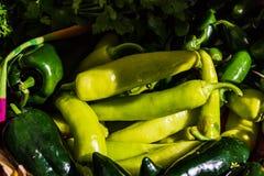 Ποικιλίες των πιπεριών στην αγορά αγροτών στοκ εικόνα