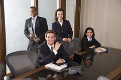 Ποικιλομορφία, πολυφυλετικοί επιχειρηματίες στη συνεδρίαση στοκ φωτογραφίες