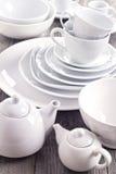 Ποικιλία άσπρο dinnerware στοκ φωτογραφίες