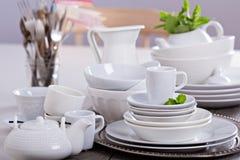 Ποικιλία άσπρο dinnerware στοκ φωτογραφία με δικαίωμα ελεύθερης χρήσης
