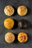Ποικιλία έξι ρόλων ψωμιού που τακτοποιούνται σε δύο σειρές Στοκ Εικόνες