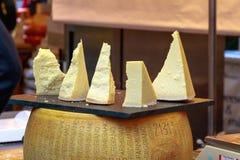 Ποικιλία του τυριού στην επίδειξη στην αγορά δήμων Στοκ εικόνες με δικαίωμα ελεύθερης χρήσης